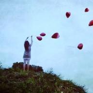 mulher e baloes coraçao