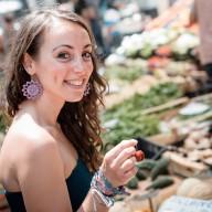 mulher feliz comida