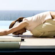 Essa postura de yoga também ajuda bastante. Fique por pelo menos 10 minutos ou até começar a sentir alívio. Uma música relaxante junto também pode ajudar.